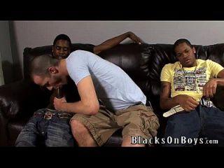 Brenden Shaw는 두 명의 흑인들과의 인종 간 섹스를 시도합니다.