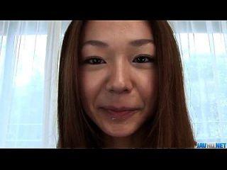 세리나 하야카와는 그녀의 따뜻한 입술을 기쁘게합니다.