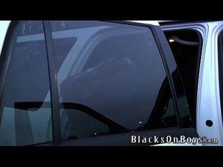 샘 타이슨이 검은 색 자지를 2 개 처리합니다.
