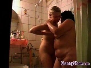 샤워 할머니와 귀여운 소녀