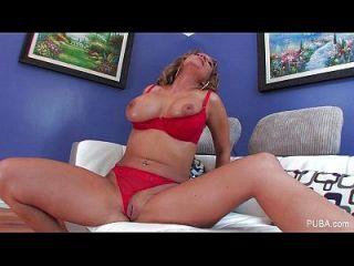 닉키 섹스는 그녀의 음부를 뻗어
