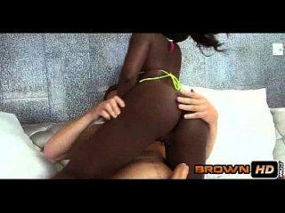 두꺼운 검은 엉덩이 티라 브룩