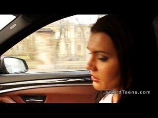 busty teen는 차에서 항문을 얻습니다.