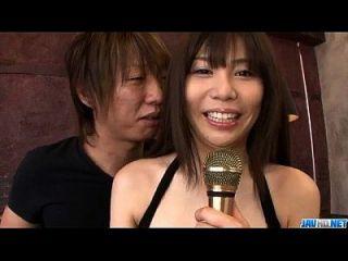 karen natsuhara는 큰 거시기를 사용하여 그녀의 단단한 음부를 부순다.