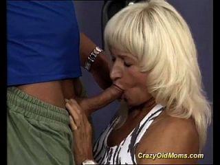 체육관에서의 근육 엄마 섹스