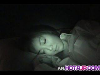 마이 야마 사키는 수탉을 빨고 강아지를 잡기 위해 잠에서 깨어났다.