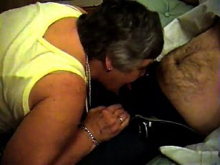 Epikgranny.com의 할머니 리비가 입으로 주무르기를합니다.