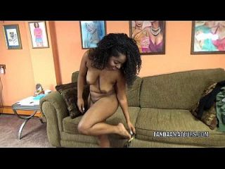 매력적인 귀염둥이 layla 기교는 그녀의 무릎과 빨아 거시기에 있습니다
