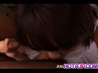 ibuki는 성기를 빨고 정액을 얻습니다.