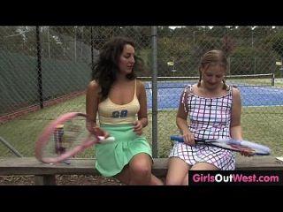 뜨거운 여성 테니스 소파 그녀의 귀여운 레즈비언 연수생에 의해 핥아