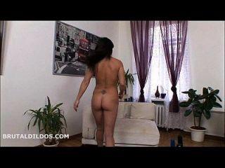 그녀의 이름을 큰 딜도와 함께 그녀의 엉덩이에 일치시키는 alisya gapes