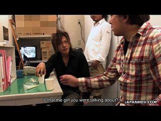 아시아 식료품류 숙녀는 소년에 의해 크림에 도착한다