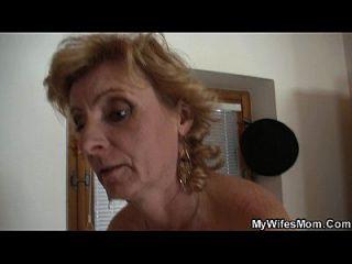 법률 금기 시절에 금발의 어머니