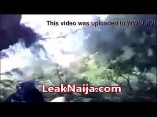 아프리카의 기혼 여성이 숲속에있는 okada와 섹스를 함