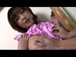 복종하는 일본 하녀가 무고한 얼굴에 뚱뚱한 짐을 싣고있다.