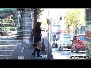 버스 납치범은 학교 소녀가 그녀의 음부를 자위하게 만듭니다.