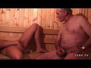 청결한 비둘기 sodomisee dans un gangbang dans un sauna avec papy