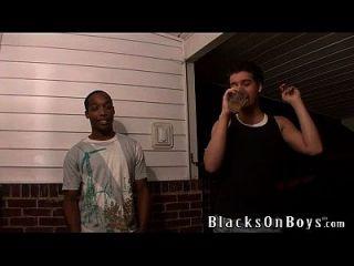 xavier는 흑인에게 그의 항문 처녀성을 잃는다.