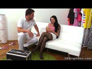 18 세의 처녀성이 사랑스러운 젊은 18 세 베이비의 짐을 얻는다.