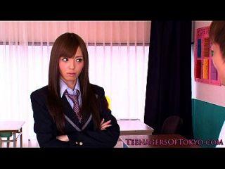 일본 여학생 얼굴에 살포