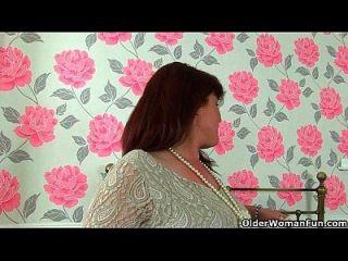 영국 유부녀 Janey는 그녀의 unshaven pussy를 masturbates