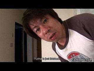 아시아 학교 베이브는 괴롭히는 갱단을 두드리고있다.