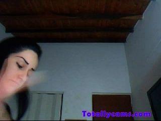 거대한 가슴을 가진 라티나는 웹캠에서 스트립과 댄스를 즐긴다.