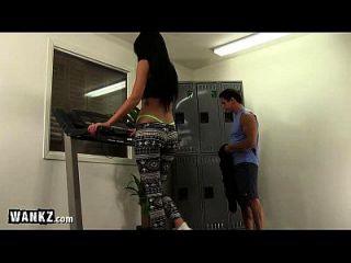 체육관에서 좆 된 끈 팬티의 뜨거운 소녀!