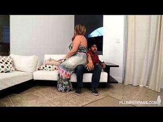 큰 여사 아내가 남편을 위해 그녀의 엉덩이를 떨 웁니다.