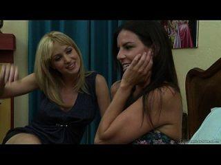 고베 리와 앙겔라 서머스는 레즈비언 섹스를 열망한다.