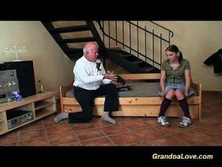 귀여운 사춘기 소녀가 늙은이를 망 쳤어.