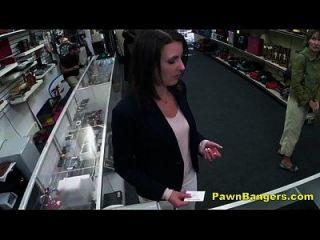 고객이 현금에 대한 그녀의 털이 음부에 거시기 걸립니다