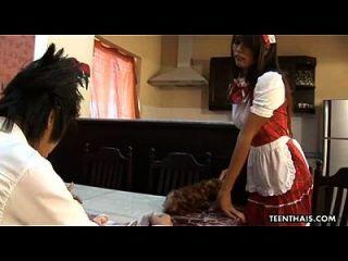 타이의 하녀가 뼈를 사로 잡히고 그녀의 상사에게 크림을 입혔다.
