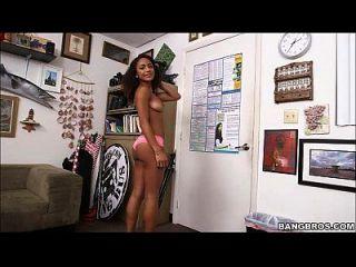 섹시한 흑인 여자는 음부 문지르 기와 거시기를 가져옵니다