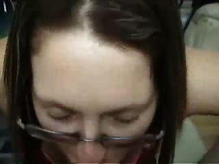 갈색 머리 아마추어 여자 친구와 안경 입으로주고 타고