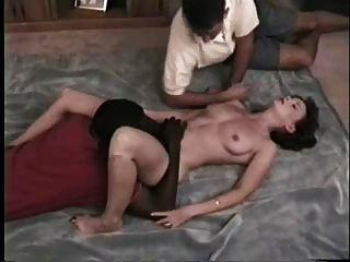 뜨거운 아내가 흑인 친구를 괴롭 히고 중추 영화를 찍다.