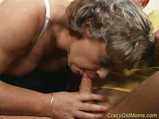 미친 늙은 엄마가 섹스하고 사무실에서 입으로 섹스