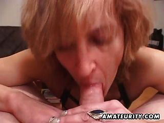 성숙한 아마추어 아내 입에서 정액으로 머리를 제공합니다.