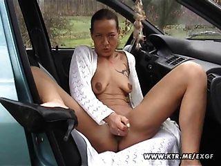 아마추어 주부는 사정과 함께 그녀의 차를 빨고 지랄 거리고있다.