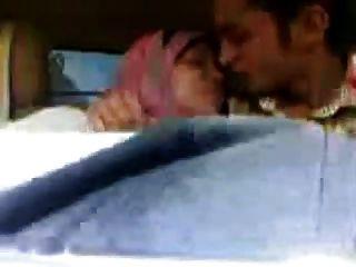 아랍 hijab 여자가 큰 가슴을 빨고 차에 키스