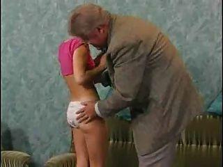 부끄러워 섹시한 사춘기는 노인을 만족시킵니다.