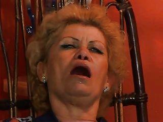 할머니 effie은 TV 수리공에 의해 엉덩이를 얻을 트로이가 엉덩이에 하드 코트를 가슴에 걸립니다