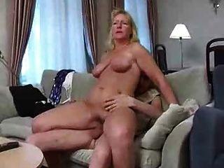TV를보고있는 거대한 아가씨와 날씬한 소년