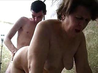러시아 할머니와 젊은 남자