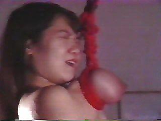 일본 소녀는 잔인하게 고문 당하고 가슴에 매달린다.