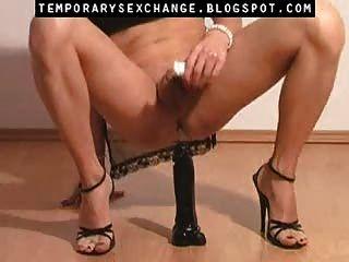 일시적인 섹스 체인지의 남성 신체와 다리의 여성화
