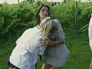 레즈비언 교사는 흡연 여학생을 처벌