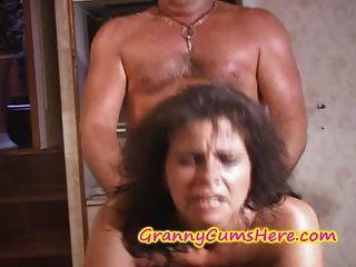 두 명의 할머니가 좆되어 요트에 덮인 정액
