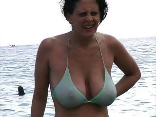 해변에서 비키니 입은 뜨거운 아가씨.