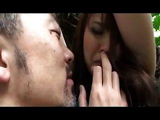붙잡힌 큰 가슴 일본 소녀 (무수정)